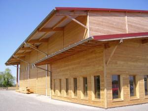 grand bâtiment en bois à protéger