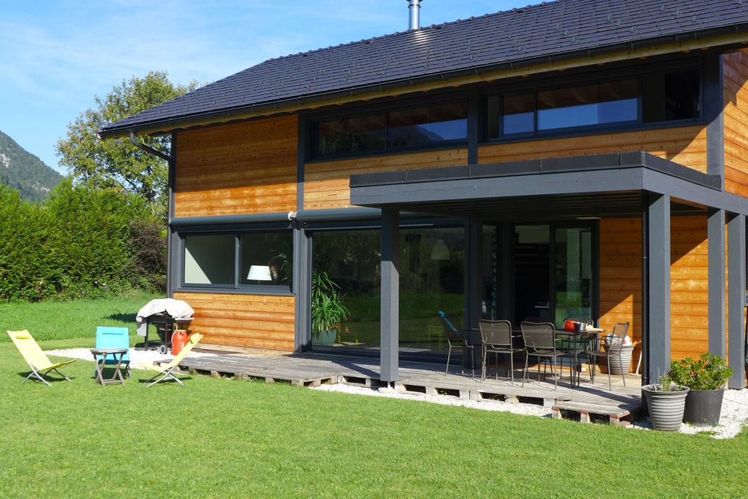 Peinture ou saturateur pour une maison en bois entretien du bois le blog du comptoir des - Peinture pour exterieur maison ...