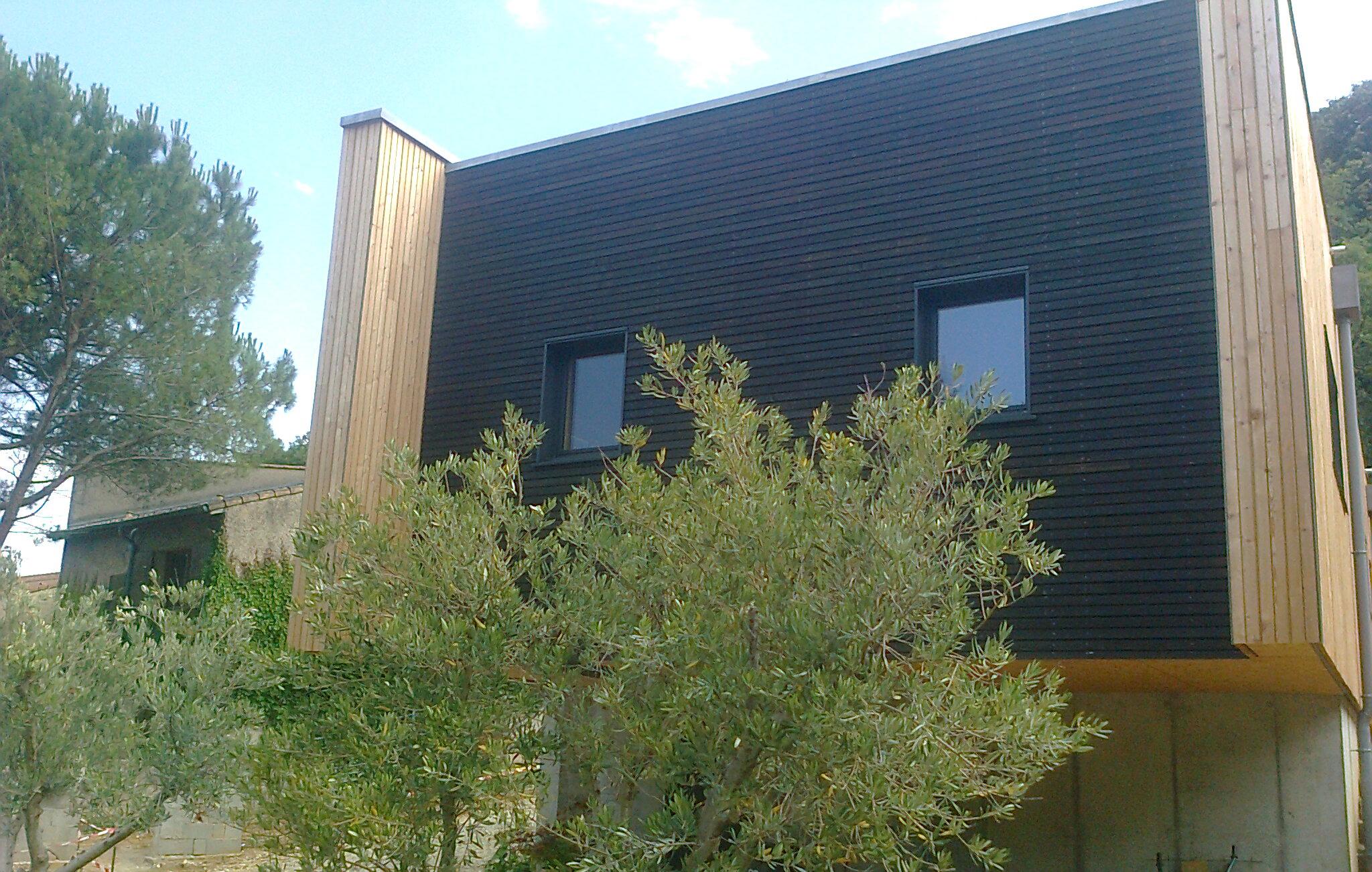Saturateur teinté noir sur maison bois darchitecteEntretien du bois  le