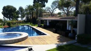 contour de piscine en bois rénové
