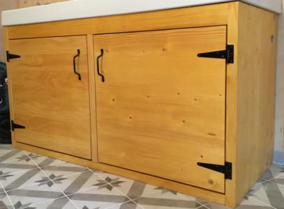 meuble salle de bain protégé par une lasure couleur Chêne doré