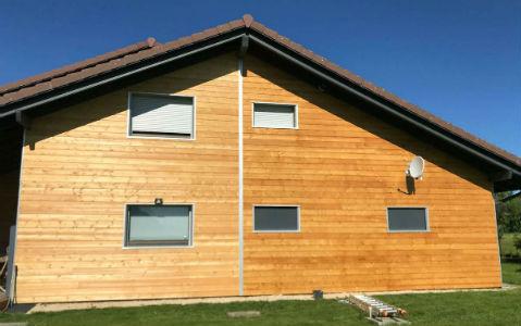 Bardage bois d'une maison en haute-savoir entretenu avec l'huile acrylique Coriwood HUV Hydro.
