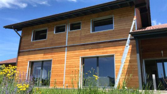 La façade sud d'un bardage en bois après l'application du produit bois Coriwood HUV Hydro.